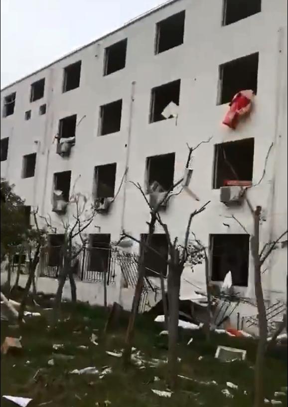 附近建築物玻璃全碎。網圖