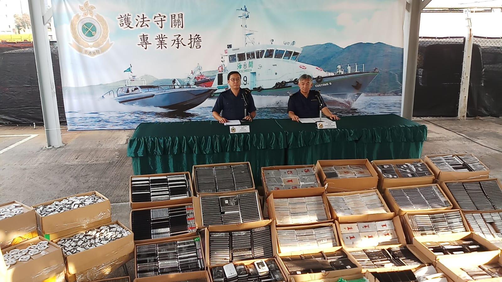 海關偵破一宗涉嫌利用快艇走私案件,檢獲61箱懷疑走私電子產品。