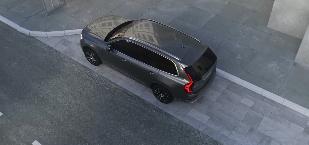 若司机不专注汽车会自动停在一旁。影片截图