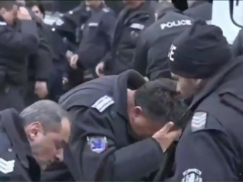 警察现出尴尬痛苦的表情。(网图)