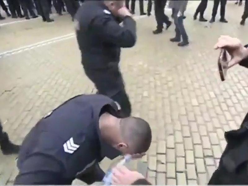 有的警察拿矿泉水狂沖,希望能减缓痛苦。(网图)