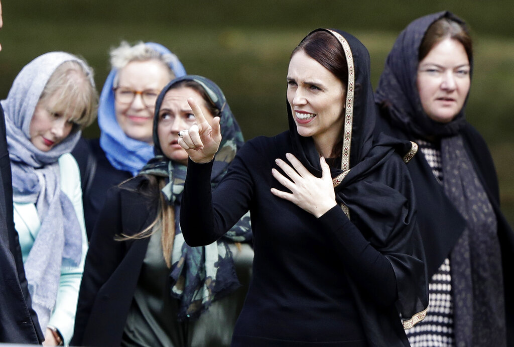 阿德恩在默哀前说:「纽西兰人都悼念你们,我们是一体。」 图片