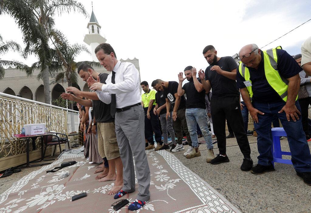 邻国澳洲,人们都在街上及商舖站立默哀,悼念死者。  图片