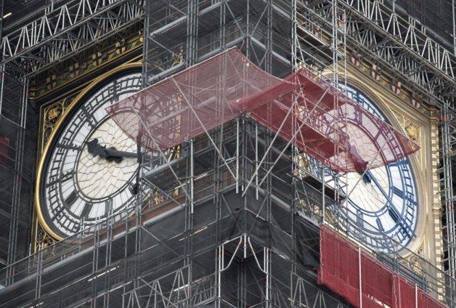 原本熟悉的黑色指针和刻度,都被漆成了普鲁士蓝。 UK Parliament Twitter图片