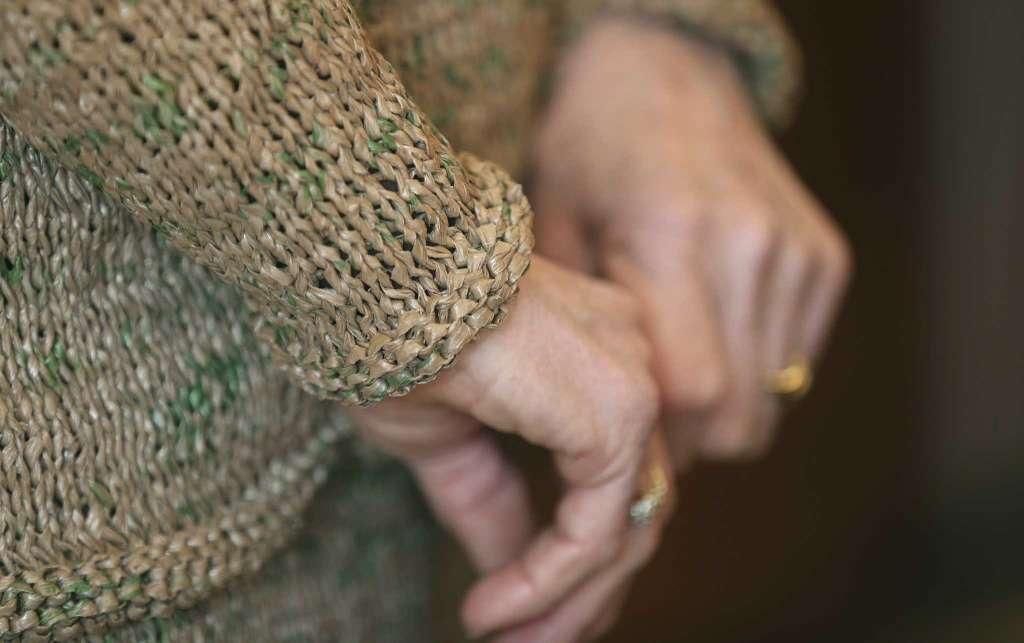 她把超过300个棕色胶袋重新编织成身上的套装。  图片