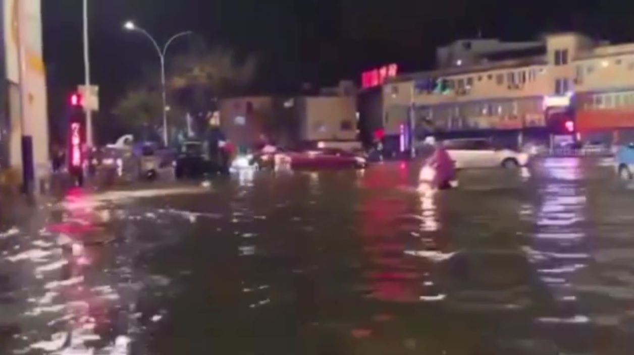 路面水浸,严程阻碍交通。 微博图片
