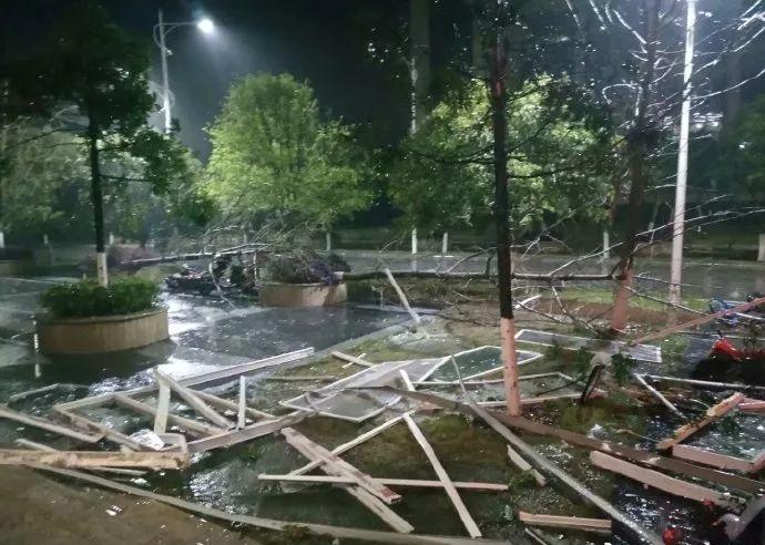 广西桂林昨日受到暴风雨侵袭,出现当地有史以来最强劲的17级大风。 微博图片