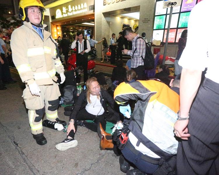 有伤者需要戴上氧气罩。