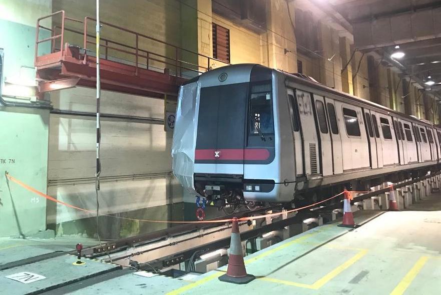 车头损毁的列车拖回九龙湾车厂检查。