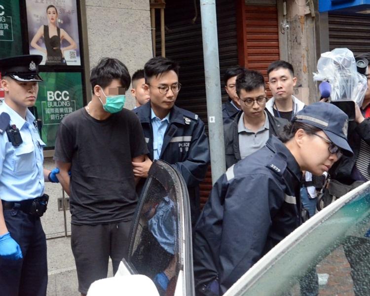警方拘捕神情呆滞的男司机。