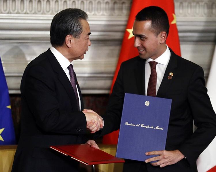 中國外長王毅與意國副總理Luigi Di Maio握手。AP