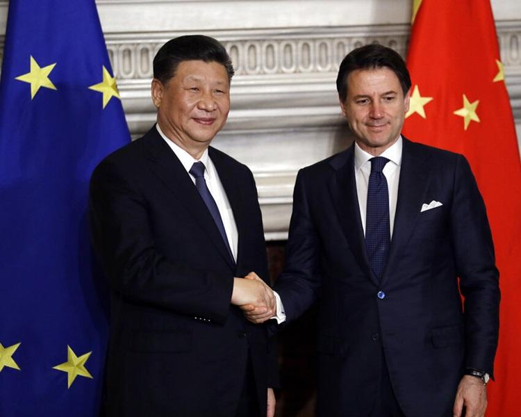 習近平(左)與孔特(右)握手。AP