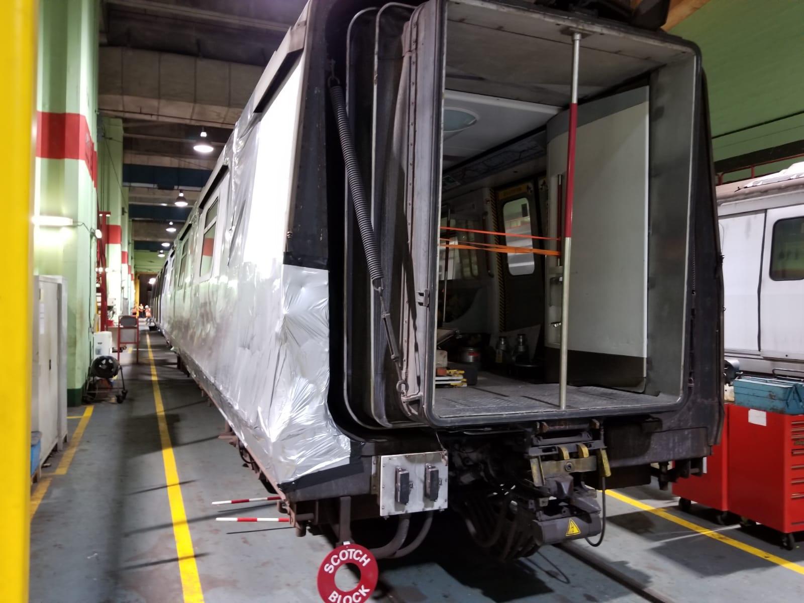 损毁列车其中5卡被拖回九龙湾车厂。