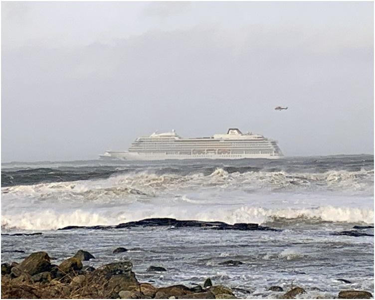 当局出动直升机将旅客逐一疏散。