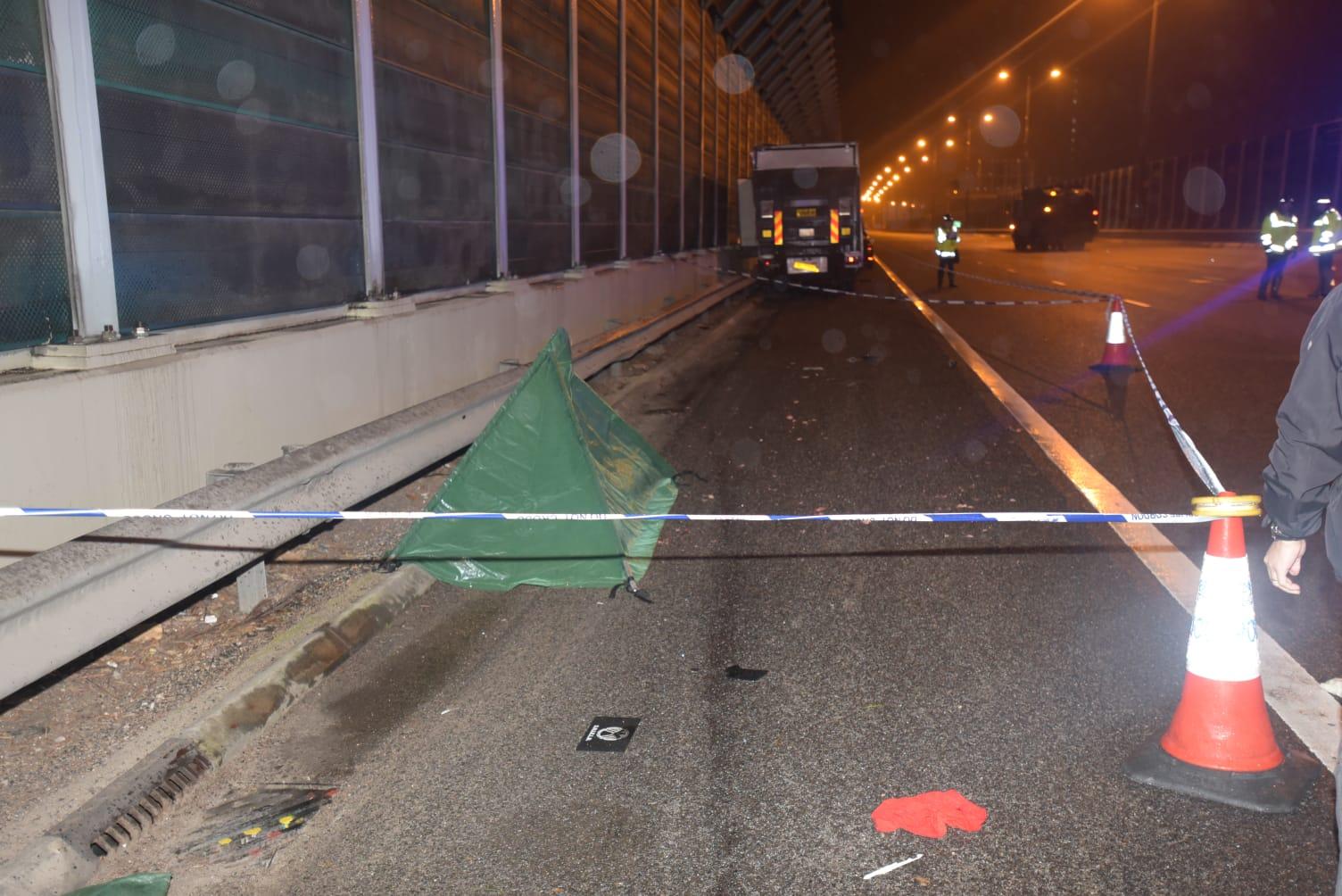 死者倒卧离货车约10米的路肩上。