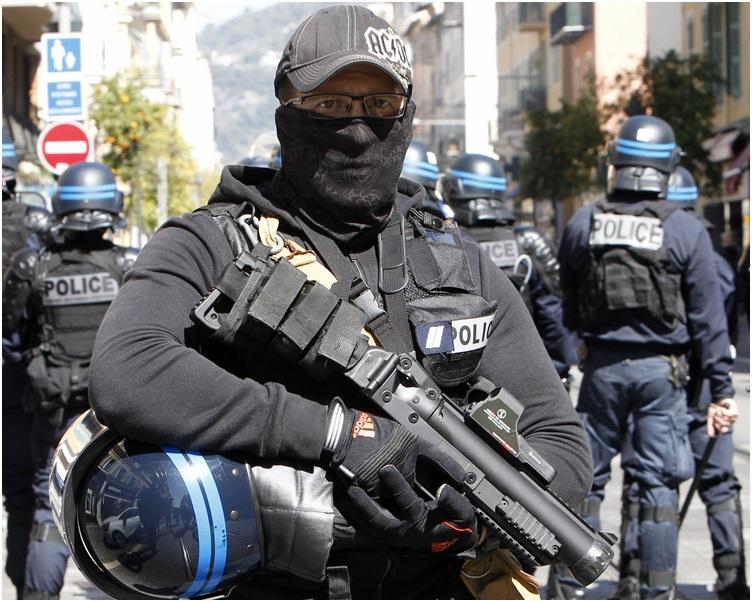 当局首次在巴黎部署军队支援防暴警察。