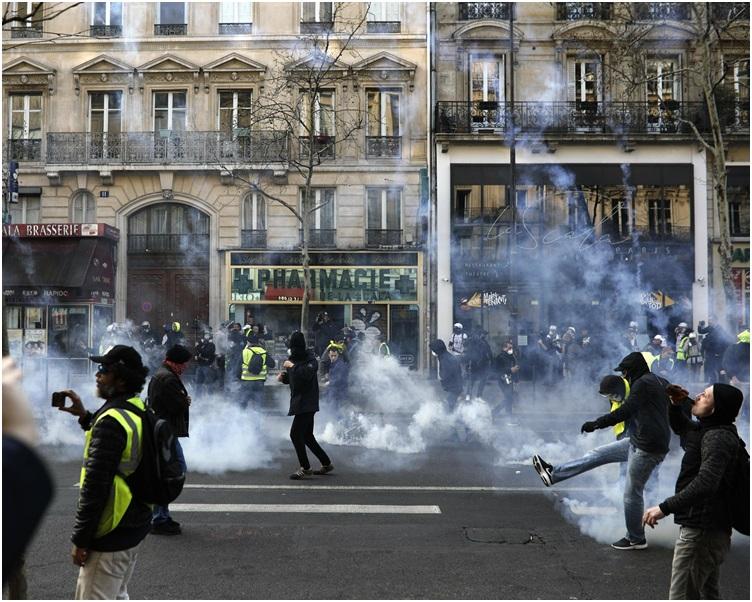 警察要发射催泪弹驱散群众。