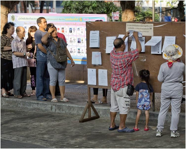 今次大选曼谷市共有350个选区,市民排队投票。
