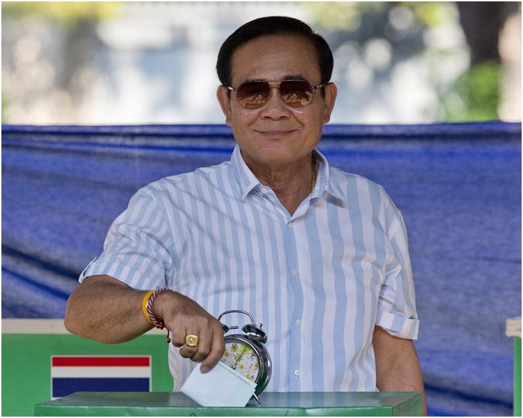 巴育一早到位于曼谷寓所附近的票站投票。