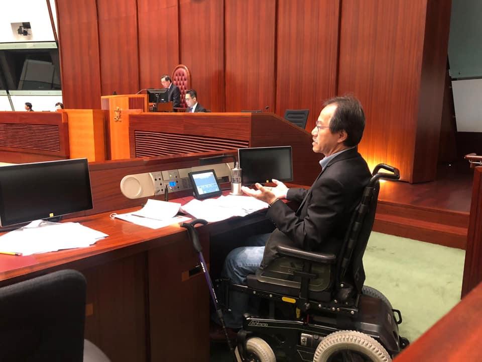 張超雄扭傷腰接近一星期,去立法會開會都要輪椅代步。張超雄facebook圖片