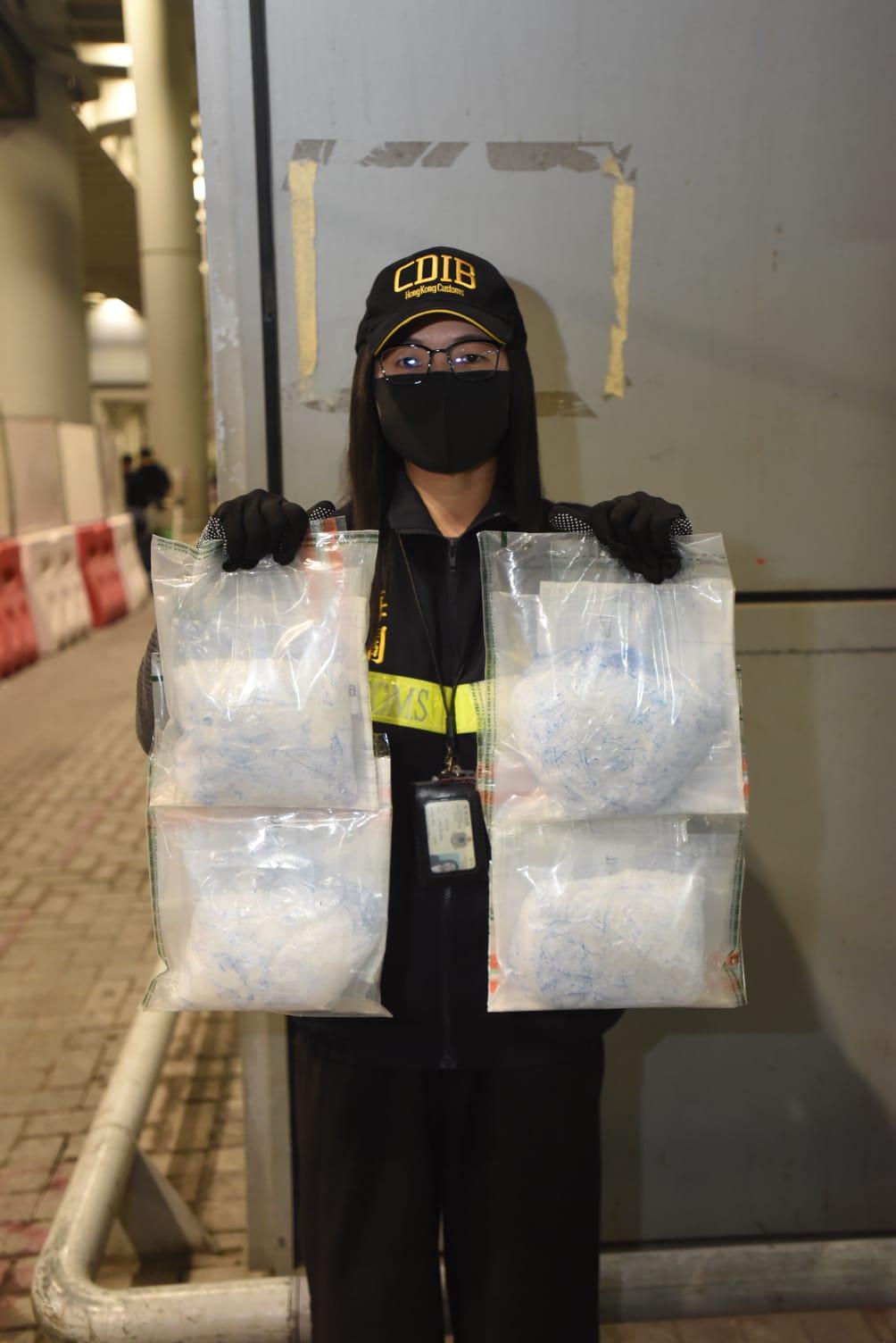 海关检获2.1公斤怀疑冰毒。