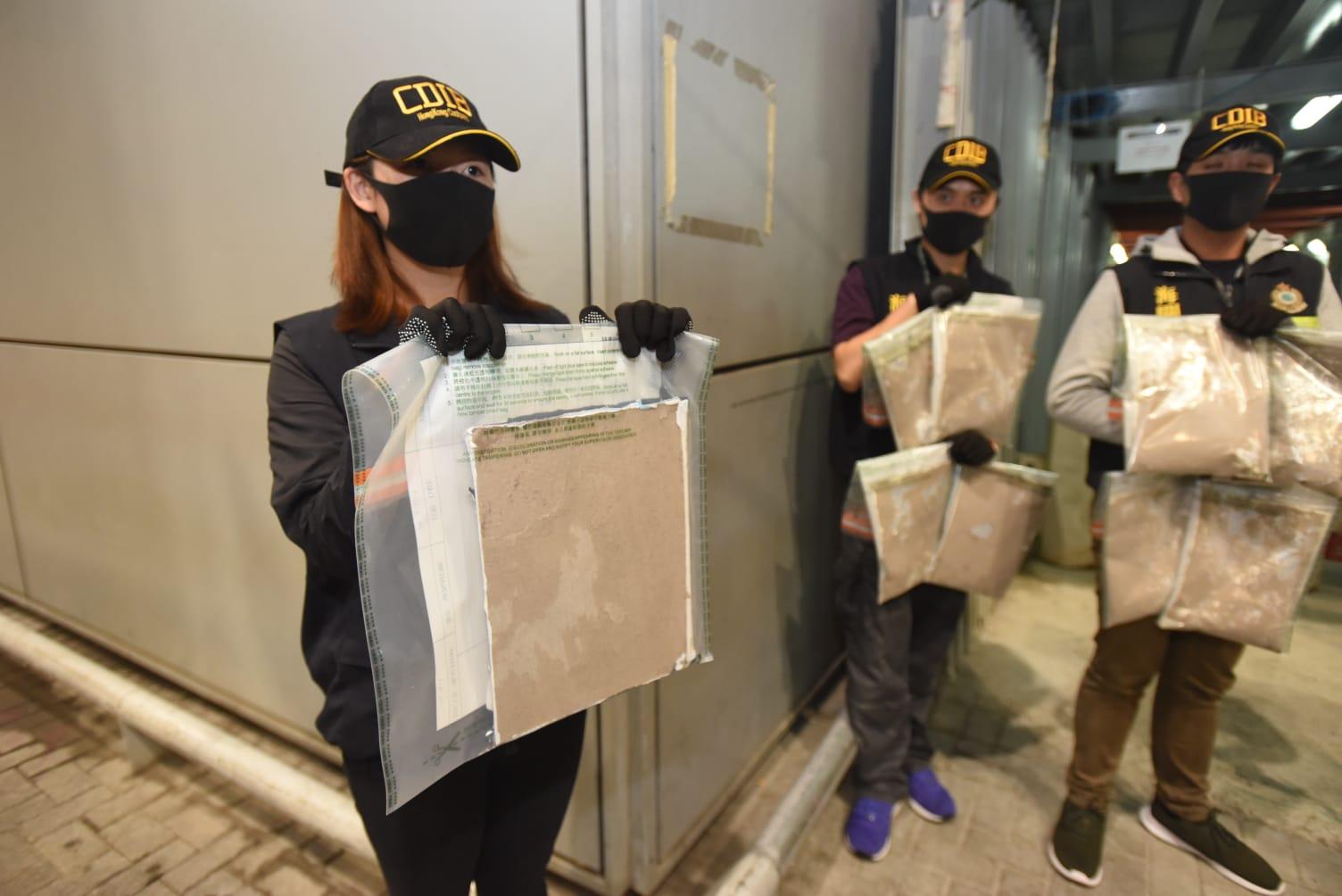 海关检获藏毒的书本。