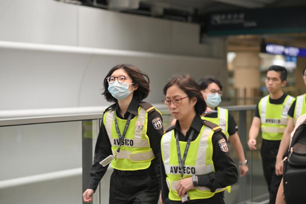有機場職員戴上口罩。 資料圖片