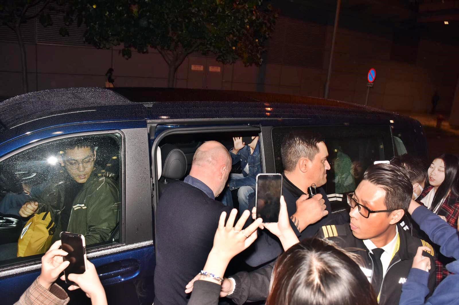 戴着口罩的張藝興已上車,向車外粉絲揮手。