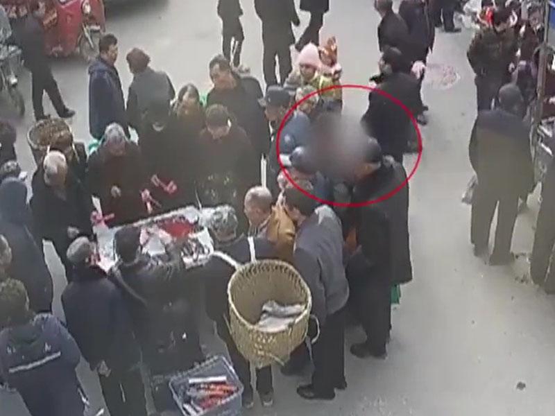 重慶巴南區警方拘捕了兩名專向老人埋手的扒手。(網圖)