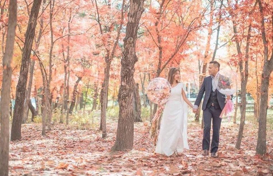 一對新人的結婚照昨起在網上瘋傳。fb群組「PLAY HARD玩硬」