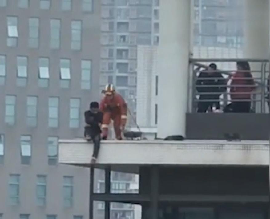 成都一名男子在一幢大樓頂層直播輕生過程。  網上影片擷圖