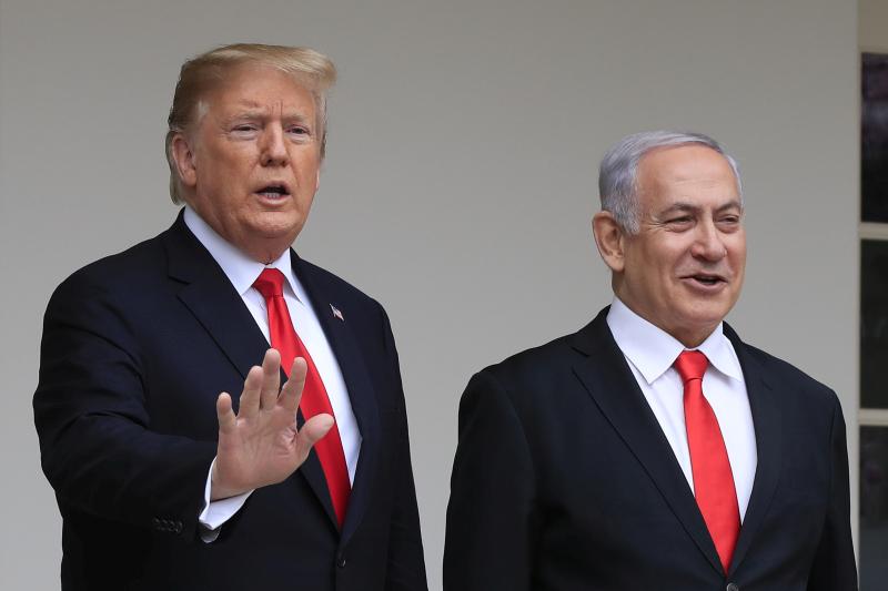 特朗普(右)在白宫与到访的以色列总理内塔尼亚胡(左)会面。