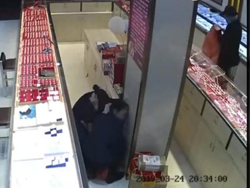閉路電視拍下蒙面賊搶劫20萬珠寶的畫面。(網圖)