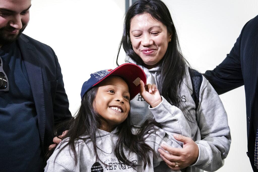 當年在港協助及收留斯諾登的菲律賓籍女子瓦妮莎‧羅德爾和其7歲女兒基娜。美聯社圖片