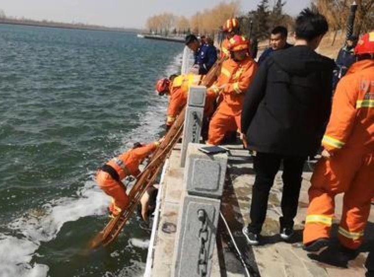消防隊員將男童的母親及外婆拖上岸。網圖