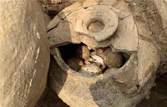 溧陽市上一個春秋時期的子午墩墓中,發現有一個裝滿雞蛋的陶罐。網圖