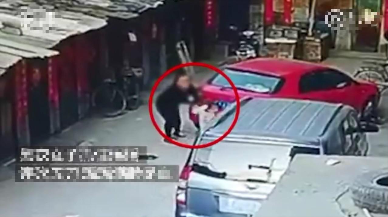 中國山西一名6歲女童日前在家門口玩耍時,突然遭一名持菜刀的黑衣女子狂砍5刀。微博影片截圖