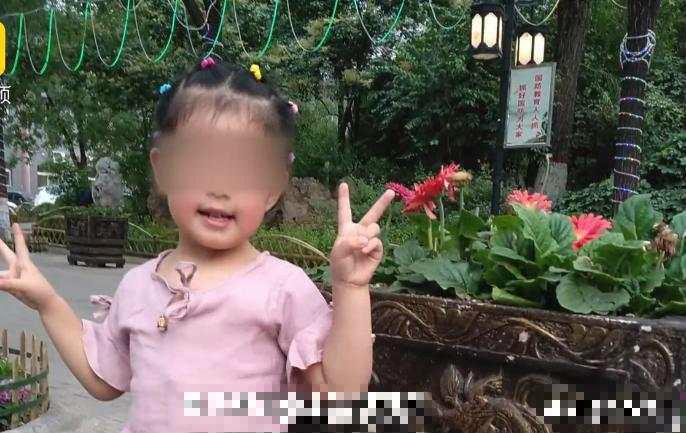 女童母親為此心痛表示,以前女兒特別喜歡照鏡子,現在一看到人就拿東西遮住自己的臉。微博圖片