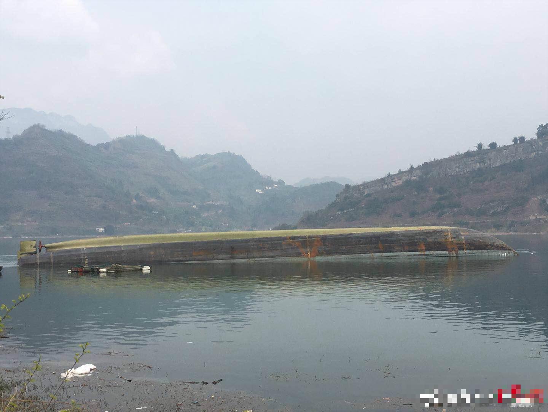 四川運沙船「江運2號」在雲南金沙江傾覆,據稱,船上共有6人,其中3人逃生,另有3人失踪。微博圖片