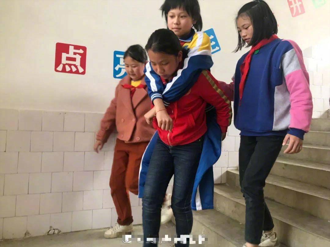 劉小芬如果想走出教室,同學們都會主動去背她。 微博圖片