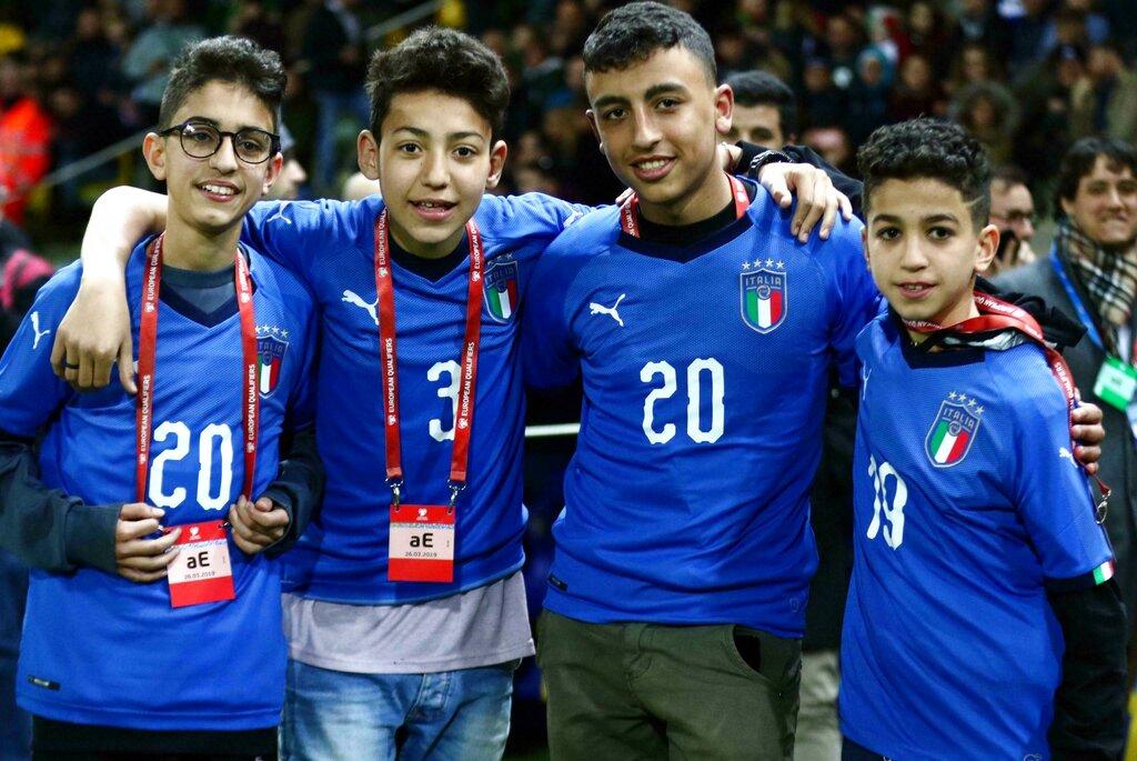 13歲埃及裔少年謝哈塔(右二)暗中打電話通知父親,制止一場大災難發生。