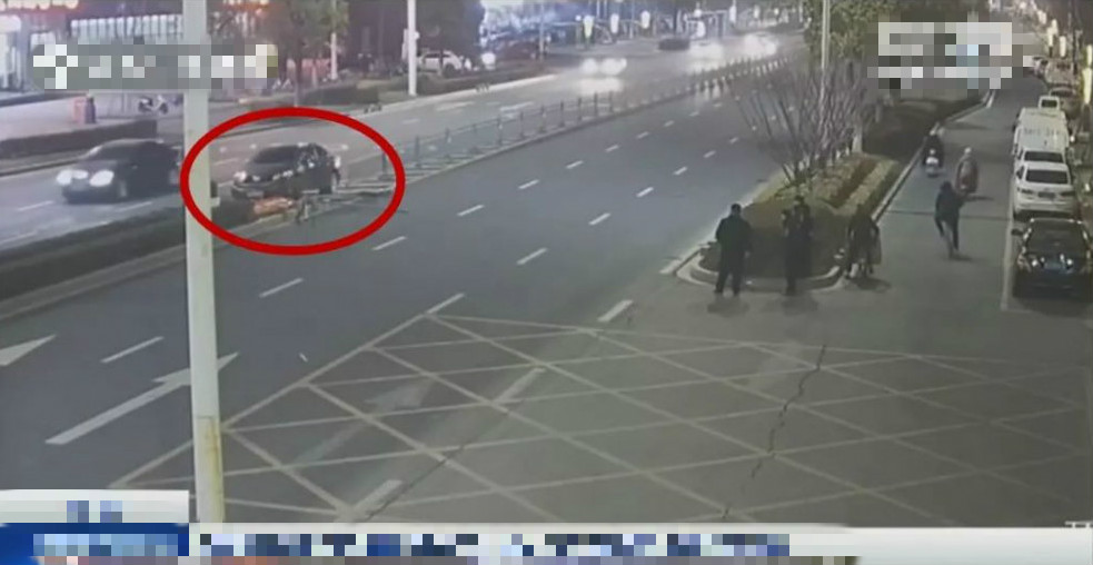 江蘇一名女子為替撞車的丈夫頂包,卻因腳短踩不到油門而「穿煲」。  影片截圖