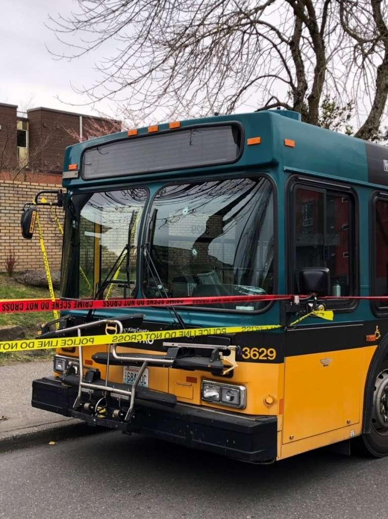 巴士司机中枪,所幸仍能行走到担架床上,再由救护车送院。