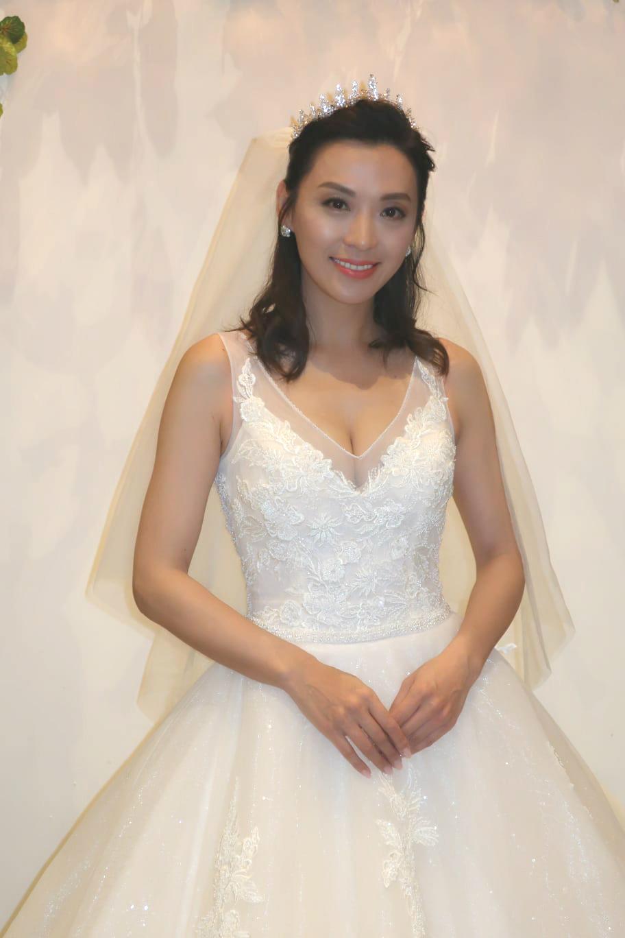 陳煒穿上婚紗大賣性感
