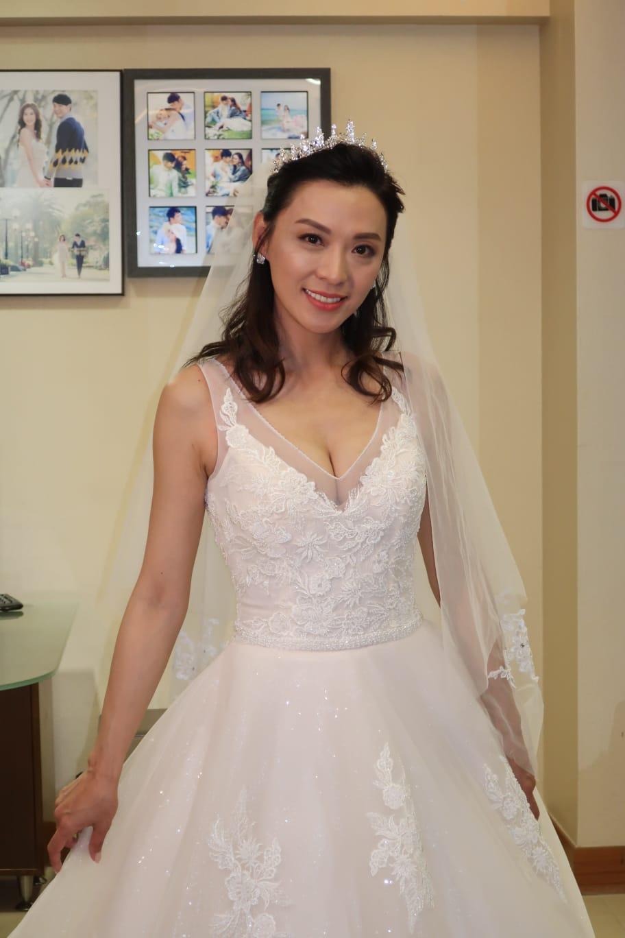 陳煒穿上婚紗露出事業綫。