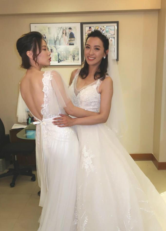 陳煒谷胸穿上婚紗大賣性感;朱晨麗則露背示人。