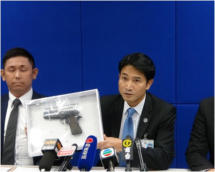 警司陈宝伦指检获的枪械并非真枪。梁国峰摄