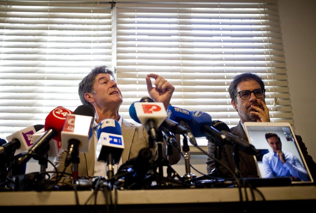 左起:漢密爾頓、穆里洛、(平板電腦上)克魯斯。美聯社圖片