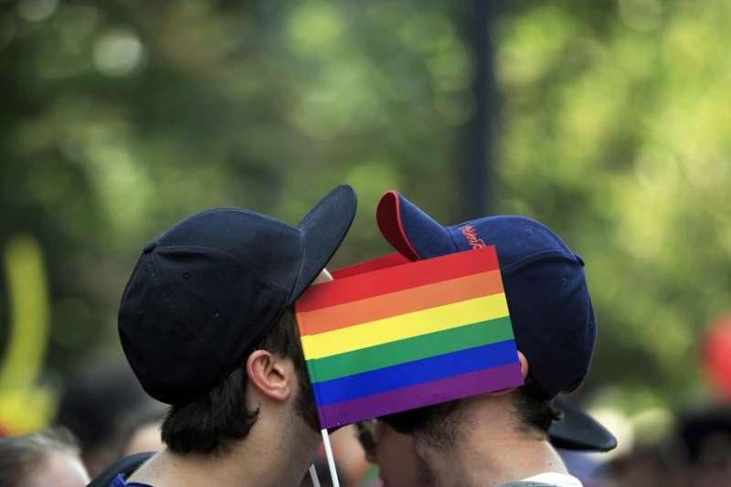 干犯同性恋的人,将会被执行乱石砸死的刑罚(石刑)。