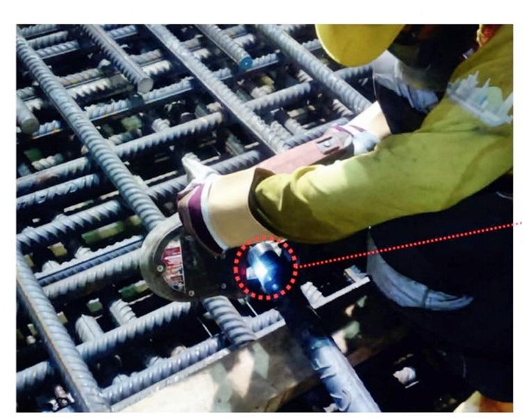 中科提供的其中一張相片,認為工人正剪短鋼筋螺紋部分,但委員會專家分析後另有看法。資料圖片